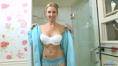 MILF Jenna Covelli Squirting in the Shower - Sexvids