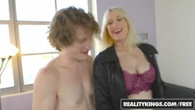 Blonde MILF Kiki Pa Shows off her Big Boobs
