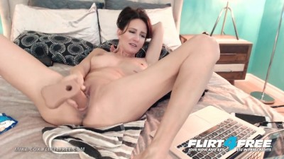 Sexy Cougar Babe w Big Tits makes her Pussy Squirt