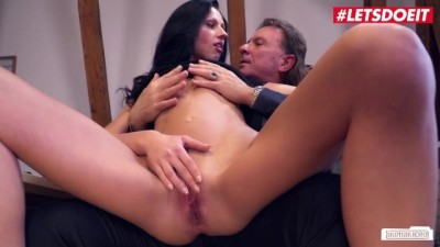 Secretary Girl make a Deep Blowjob to her Boss